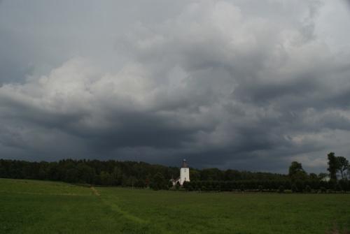 Gewitterwolken über der Kirche