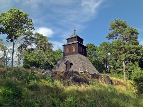 alte Kirche mit Holzschindeldach