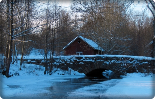 Steinbrücke mit Schnee